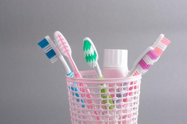 Разноцветные зубные щетки в пластиковом стаканчике