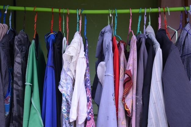 ハンガー衣料品店の色とりどりのtシャツ