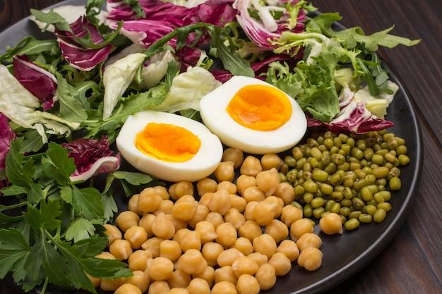 여러 가지 야채 믹스, 병아리 콩, 녹두. 비건 음식. 깨끗한 식사. 평평하다. .