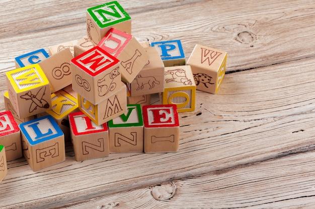 나무 테이블에 여러 가지 빛깔의 나무 장난감 블록