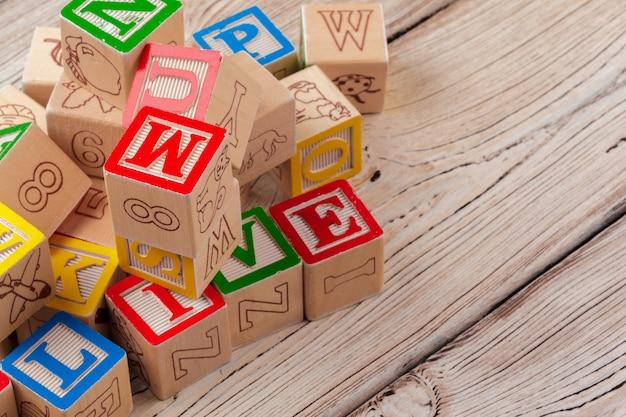 여러 가지 빛깔의 나무 장난감 블록