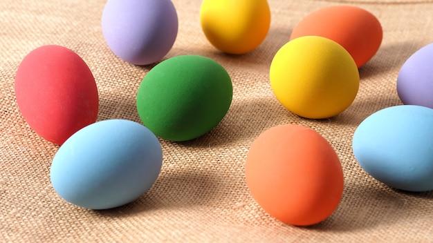다양한 색상을 포함하는 클로즈업 샷이 있는 스튜디오의 배경에 다채로운 부활절 달걀