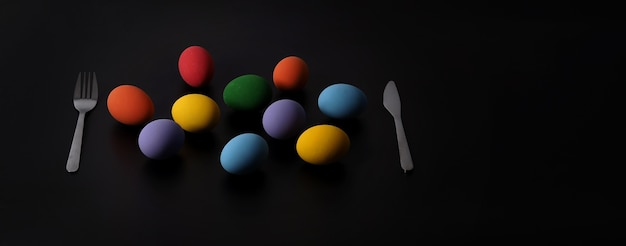Разноцветные пасхальные яйца на фоне в студии с крупным планом, которые включают много цветов
