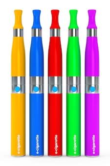 Разноцветные электронные сигареты на белом фоне