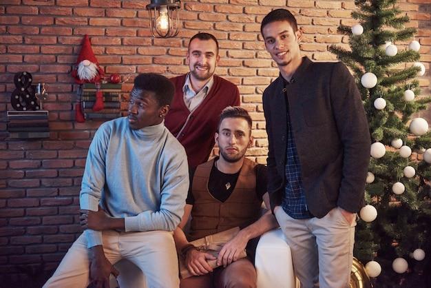 크리스마스 이브에 집에서 함께 쉬고 다문화 친구