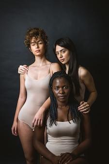 Многокультурная группа красивых женщин, позирующих в нижнем белье