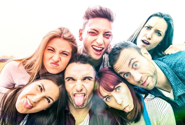 재미있는 얼굴로 셀카를 찍는 다문화 천년 친구들