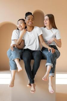 Многокультурные женщины, позирующие в полный рост