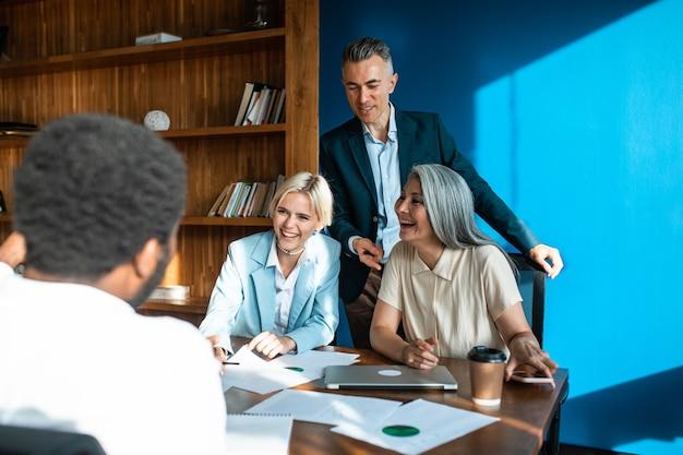다민족 비즈니스 팀 사무실에서 프로젝트에 함께 일하는 직원 그룹 프리미엄 사진