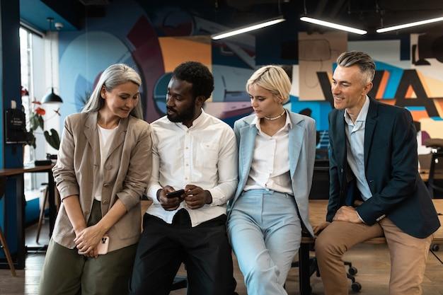 다민족 비즈니스 팀 사무실에서 프로젝트에 함께 일하는 직원 그룹