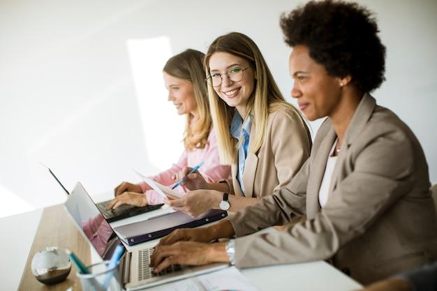 オフィスで一緒に働いている多民族のビジネス女性