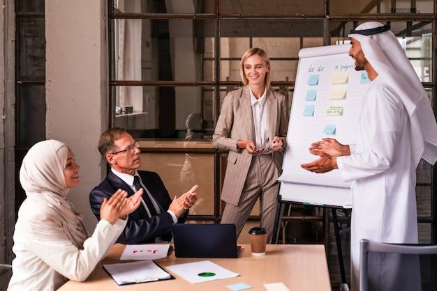 전략적 마케팅 계획을 위해 사무실에서 다민족 기업 비즈니스 팀 회의 - 다국적 기업에서 일하는 직장인, 기업가 및 회사 직원