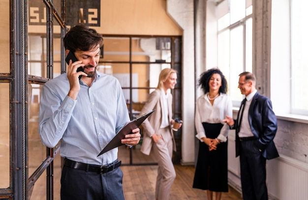 Встреча многонациональной корпоративной бизнес-команды в офисе для выработки стратегического маркетингового плана - офисные работники, предприниматели и сотрудники компании на работе в многонациональной компании