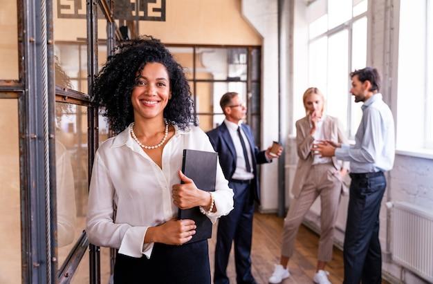 전략적 마케팅 계획을 위해 사무실에서 다민족 기업 비즈니스 팀 회의