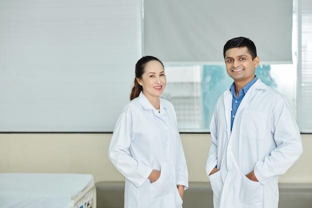 病院に立っている多民族の医師