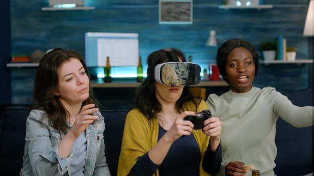 Многонациональные друзья поддерживают женщину во время соревнования по видеоиграм