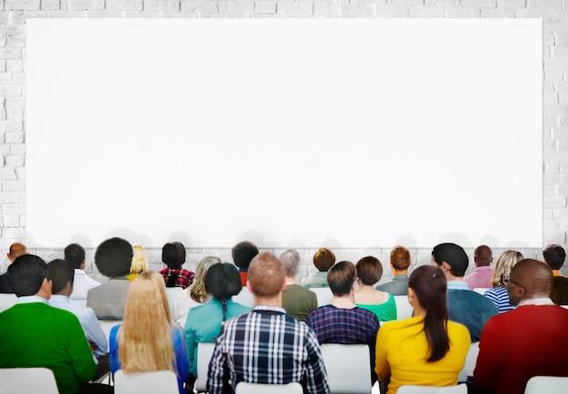 Многоэтническая группа зрителей с пространством копирования