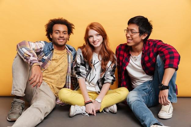 幸せな若者の多民族グループ