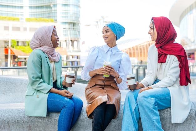 평상복과 전통 히잡을 착용하고 야외에서 즐거운 시간을 보내는 다민족 이슬람 소녀 - 3명의 아랍 소녀