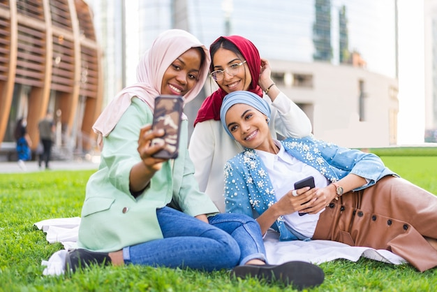 평상복과 전통 히잡 본딩을 입은 다민족 이슬람 소녀들