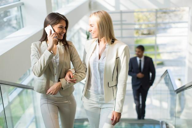 Многонациональные люди, идущие в офисе