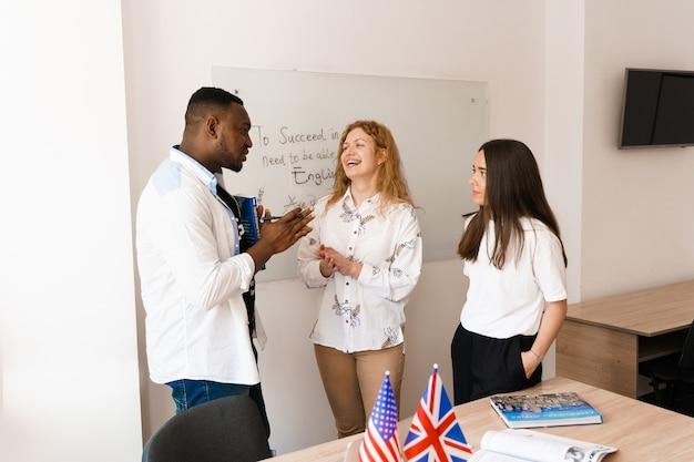 多民族の学生と教師がクラスで一緒に外国語を勉強します