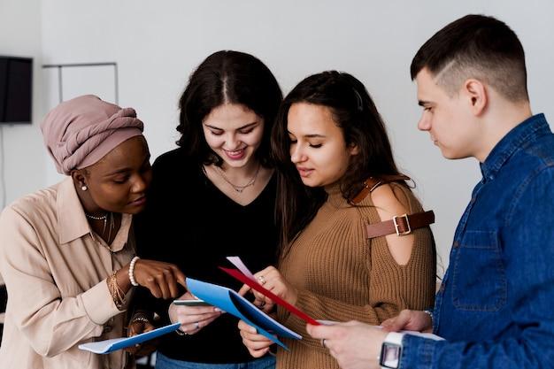 다민족 학생과 교사는 수업에서 함께 외국어를 공부합니다.