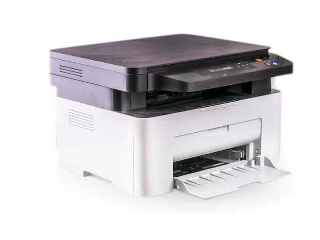 白で隔離される多機能プリンター。高品質のクリッピングパスが含まれています