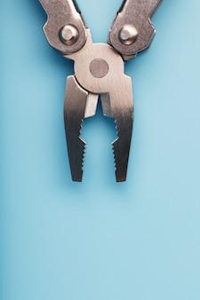 파란색 배경에 다기능 도구 근접입니다. 여유 공간이있는 포켓 도구의 개념.