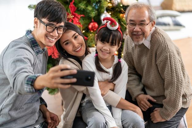 多世代のアジアの家族ママお父さん娘の女の子と祖父の自分撮り