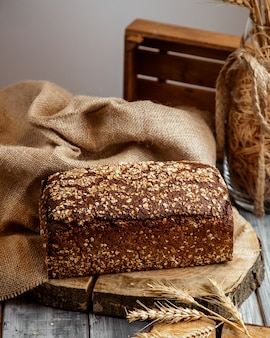 Мультизерновой хлеб на столе