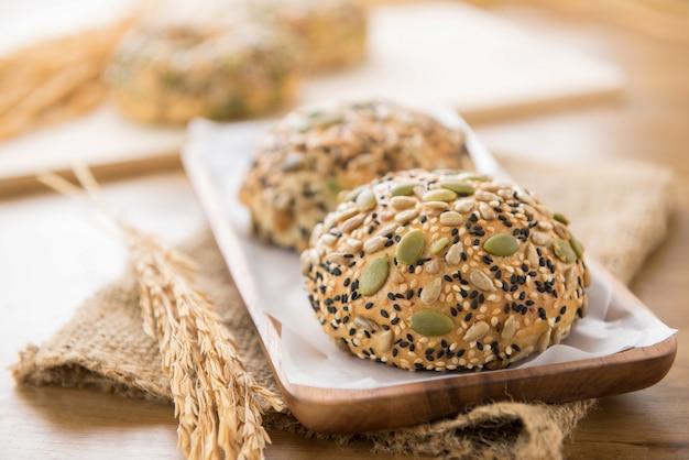 木製のプレートのmultigrain混合シリアル種子健康なパンのパン