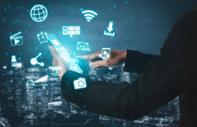 Концепция мультимедийных и компьютерных приложений. деловые люди, использующие технологию цифрового гаджета с современным графическим интерфейсом, показывающим социальные сети