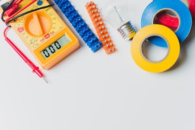 Мультиметр и ленты на столе