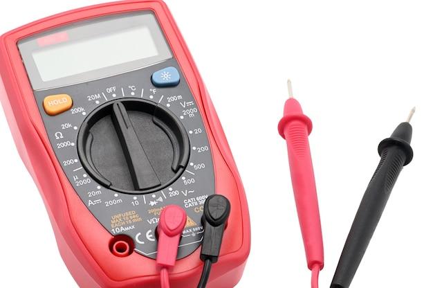 Мультиметр для работы с электричеством на изолированной белой поверхности