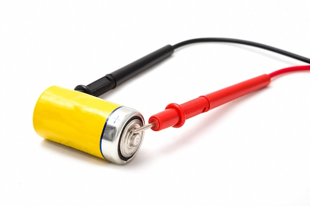 멀티미터 전선 및 노란색 배터리 배터리 전압 확인 빨간색에서 더하기 절연 닫기