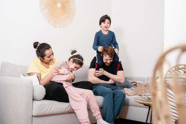 다국적 가족 재미와 집에서 소파에서 휴식을 취하십시오. 실제 생활, 실제 사람, 다양성