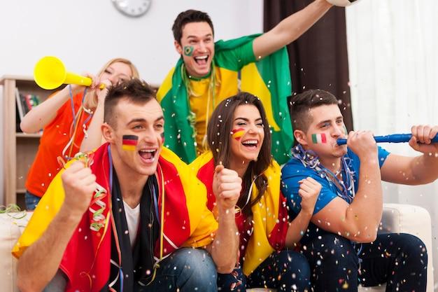 Болельщики многонационального футбола празднуют гол