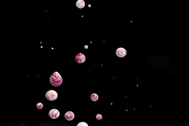 水に複数の抽象的なアクリルボール