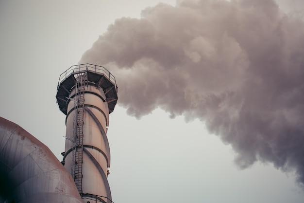 Многократная электростанция, работающая на биомассе из тростникового жома, разрушает дымовые трубы выбрасывает загрязнение углекислым газом