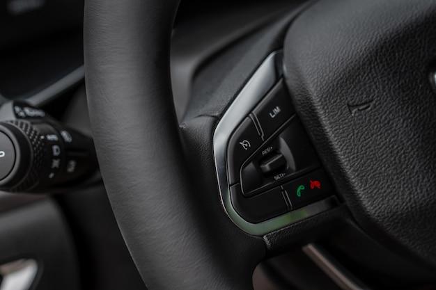 Несколько кнопок на рулевом колесе для приема или отклонения вызовов с телефона крупным планом. кнопки ответа и отклонения телефона.