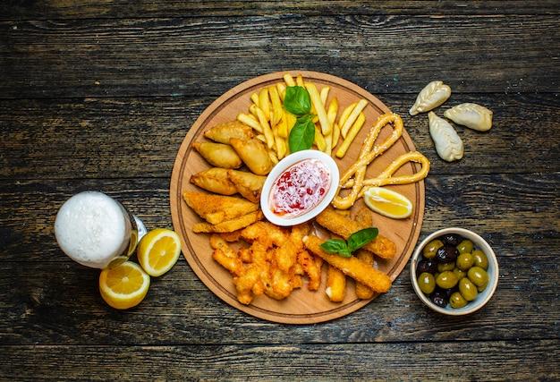 Snack fritti multipli con salsa di peperoncino dolce
