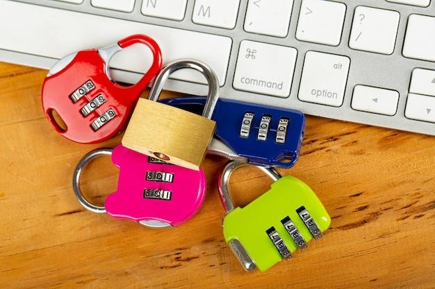 Множественный шкафчик ваше информационное компьютерное понятие. Premium Фотографии