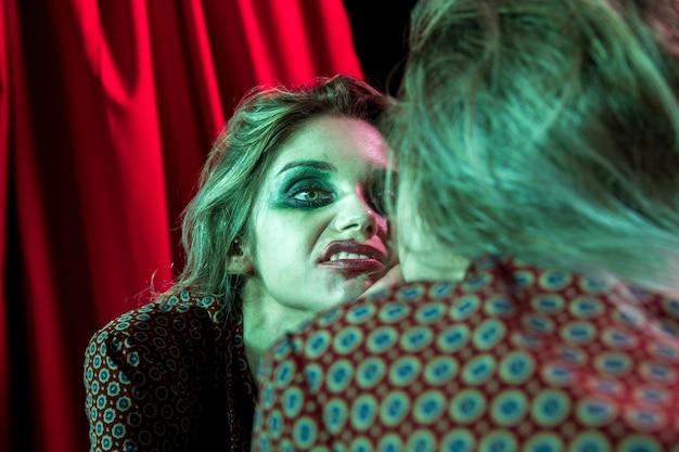 재미있는 얼굴을 만드는 여자의 다중 거울 효과