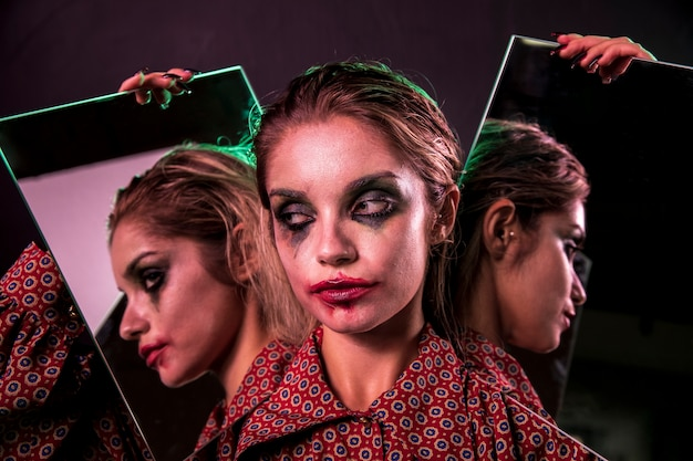 Несколько зеркальный эффект женщины, глядя