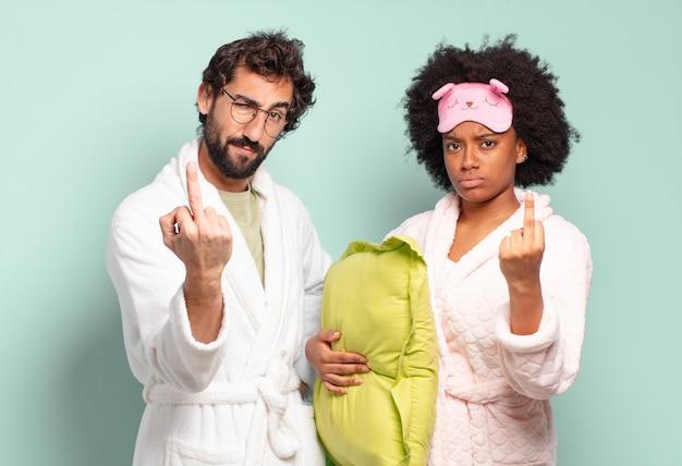 怒っている友人の多民族のカップル
