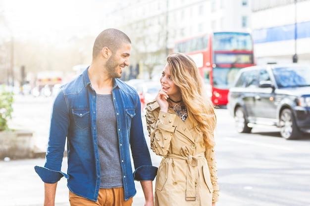 Многорасовая пара гуляет в лондоне