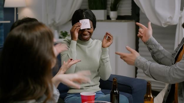 함께 재미있는 스티커 메모를 사용하여 재미있는 게임을 하는 다인종 친구