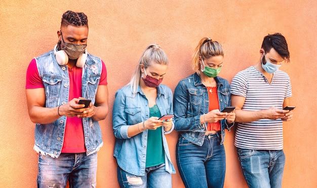 Многорасовые друзья с закрытыми масками с помощью приложения для отслеживания на мобильных смартфонах
