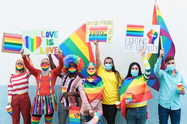 Многонациональные геи в маске радуги на параде лгбт-прайда на открытом воздухе